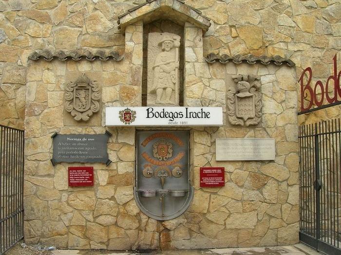 Винный фонтан в винодельне Bodegas Irache