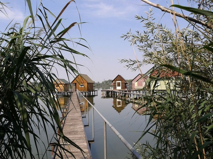 Плавающая деревня на озере Бакоди, Венгрия
