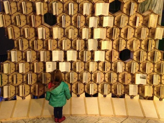 Интерактивная инсталляция из книг в Бристольской центральной библиотеке (Bristol Central Library)