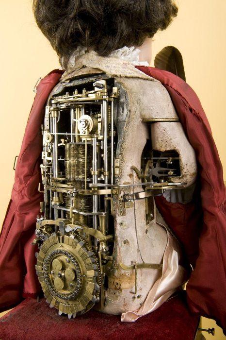 Под одеждой писателя спрятан сложнейший механизм.