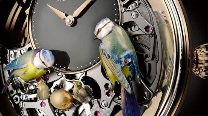 Часы с оригинальным механизмом.