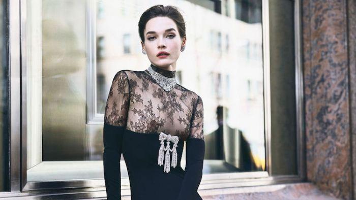 Классический образ у витрины ювелирного дома Tiffany & Co.