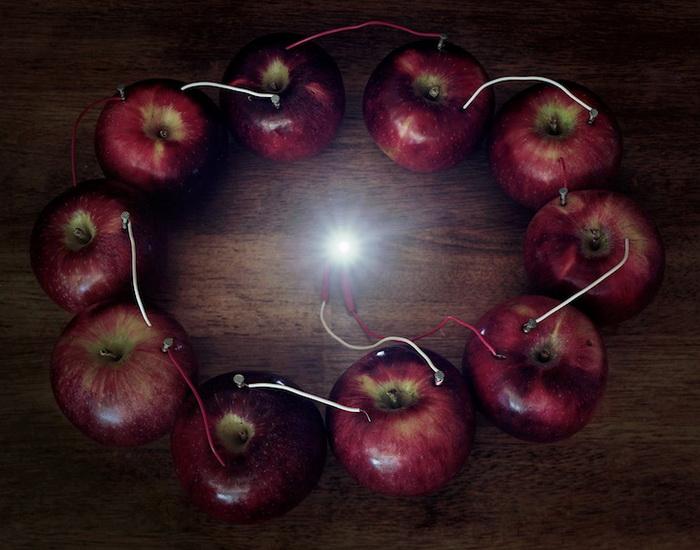 Электричество от яблочного кольца. Фотография Калеба Чарленда