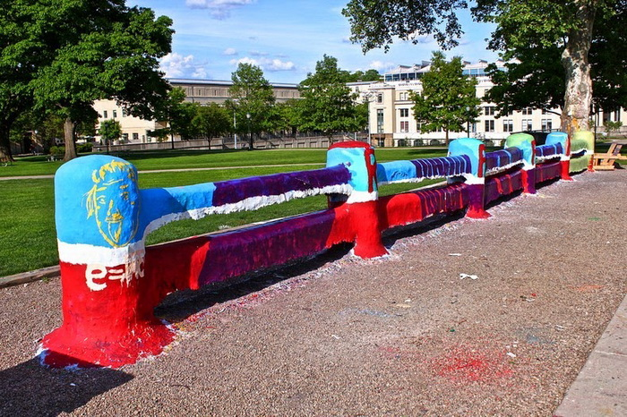 Бетонный забор в университете Питтсбурга - самый окрашенный предмет в мире