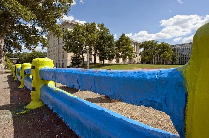 Забор университета регулярно перекрашивают на протяжении 70 лет