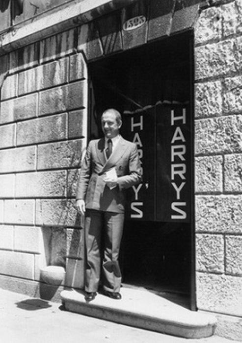 У входа в бар у Гарри