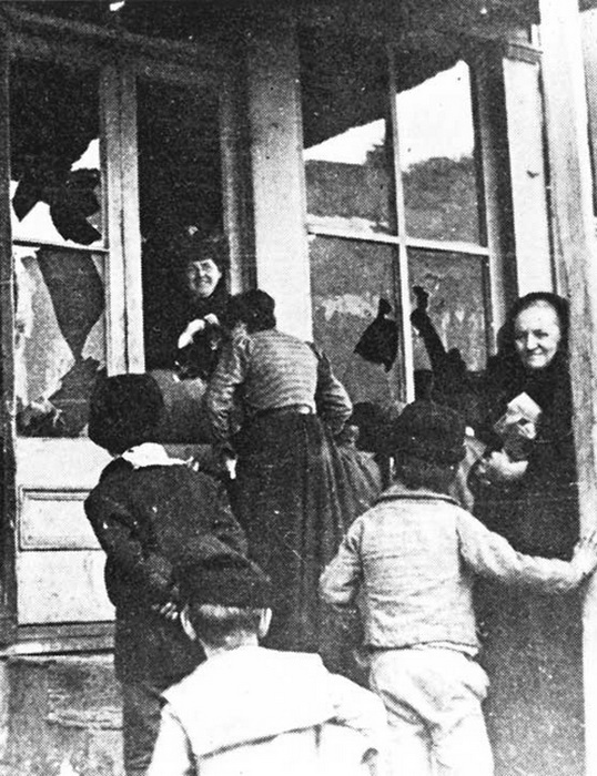 Нейшн и ее последовательницы во время очередного антиалкогольного рейда