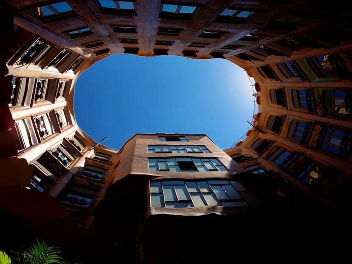 Дом Каса Мила имеет необычную круглую форму