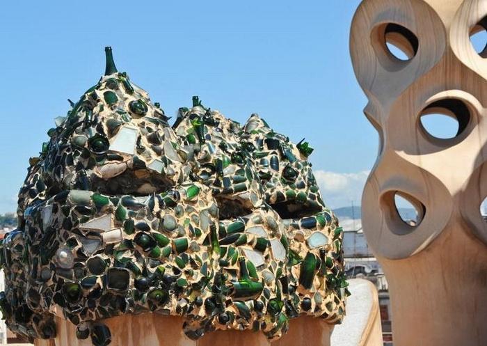 На крыше дома Каса Мила расположено множество сюрреалистических скульптур