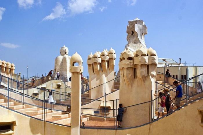 С крыши дома Каса Мила открывается замечательный вид на улицы Барселоны