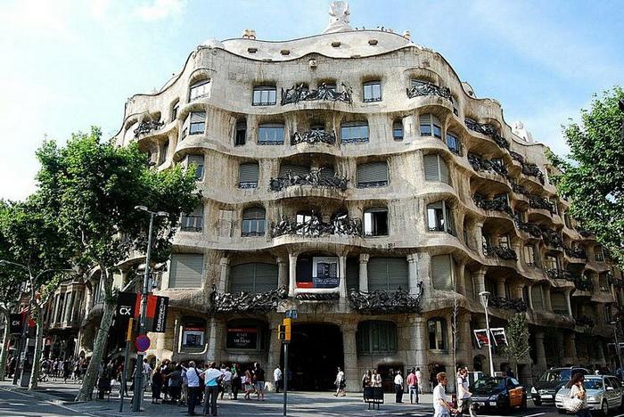 Дом Каса Мила, построенный архитектором Антонио Гауди (Барселона)