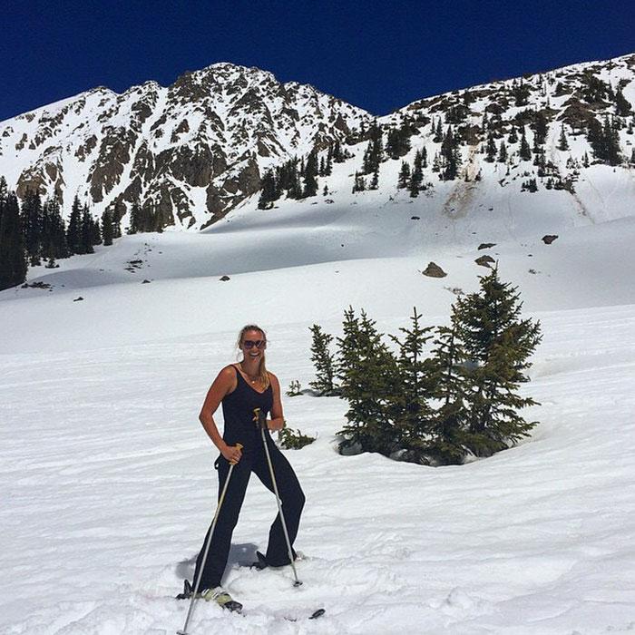 На лыжах в заснеженных горах