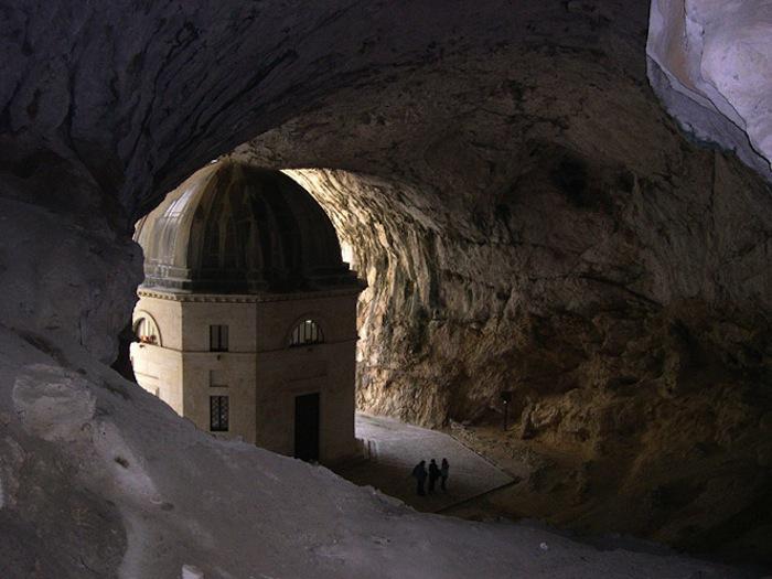 Храм Валадье в пещере Святого пристанища