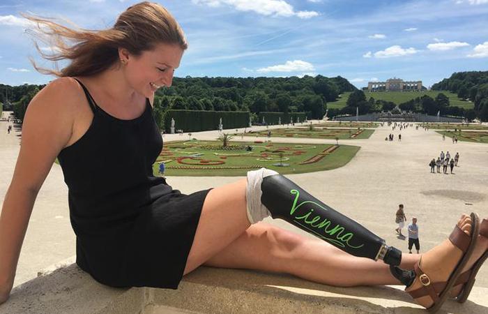 Девушка-путешественница использует протез в качестве геометки. Вена.