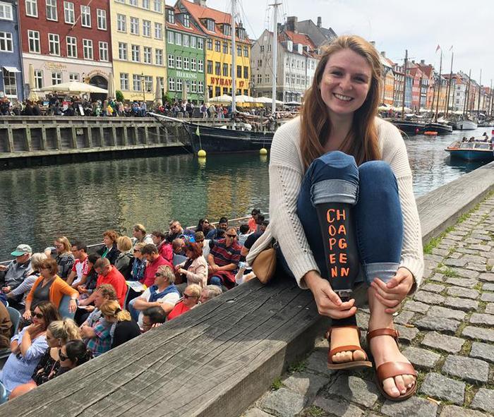 Фото на фоне разноцветных домиков Копенгагена.