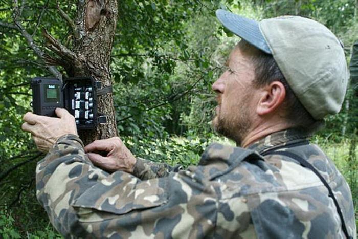 Биолог Сергей Гащак устанавливает камеру для наблюдения за животными.