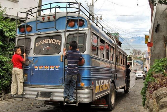 Красочные автобусы на гватемальских дорогах