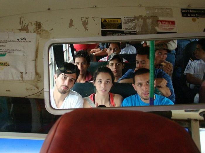 Местные жители зачастую перевозят на крышах автобусов кур, за что они получили название *чикен-бас*