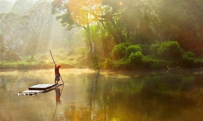 Третье место. Фоторабота *Morning at Situ Gunung* Michael Theodric, Индонезия