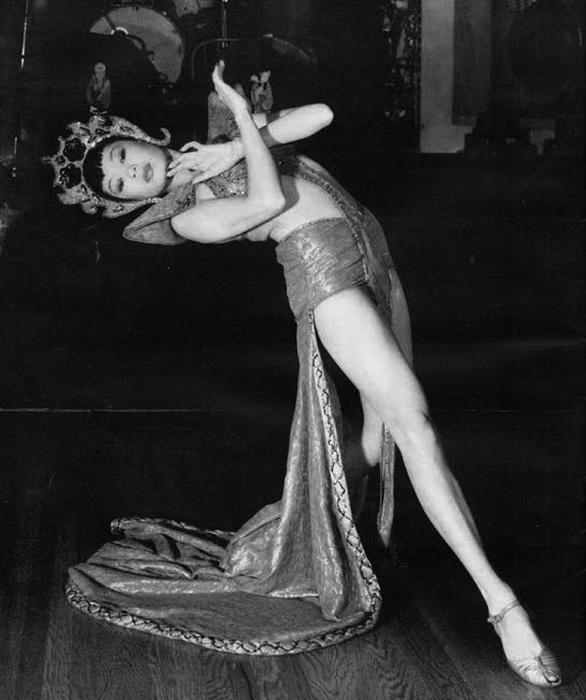 Jadin Wong исполняет танец богини Луны, Запретный город, 1930-е годы