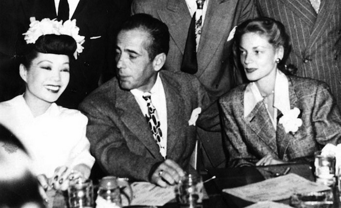 Голливудские звезды посещали клубы Чайна-таун. На фото: Jadin Wong с Хамфри Богартом и Лорен Бэколл