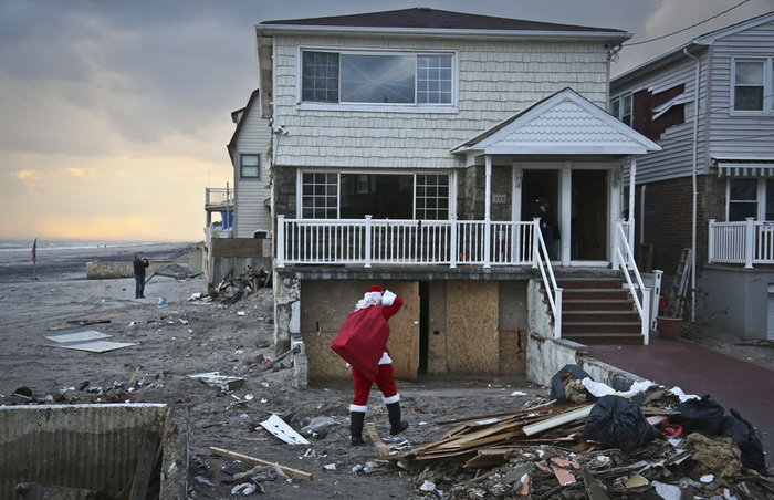 Американец Michael Sciaraffo разносит подарки семьям, пострадавшим от урагана Сэнди (США)