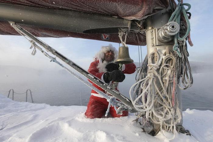 Моряк Валерий Кокоулин в образе Деда Мороза *закрывает* сезон (Россия)