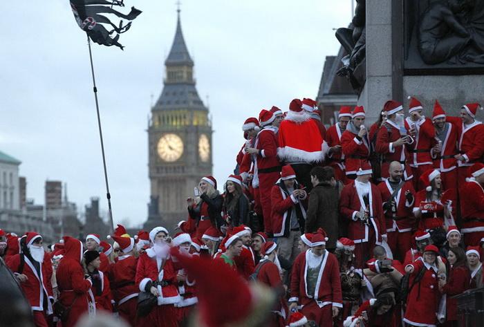 Предновогодний парад Санта Клаусов на Трафальгарской площади (Англия)