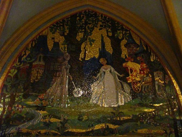 Рисунки на стенах замка Золушки.