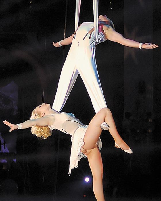 Воздушный гимнаст Каро-Кристофер Казунг под куполом цирка. Фото: aif.ru