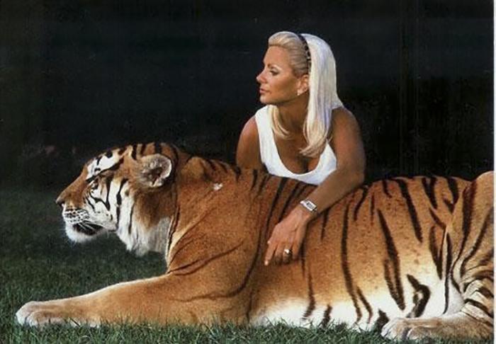 Дрессировщица Снежана Даутова с тигром. Фото: nevsedoma.com.ua