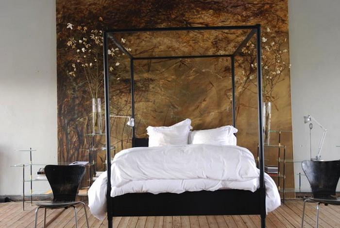 Спальня художницы Клер Баслер декорирована цветами