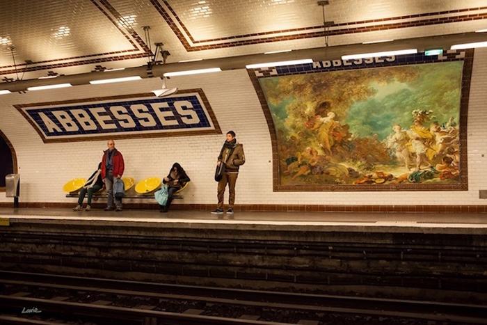 Классические картины в парижском метро