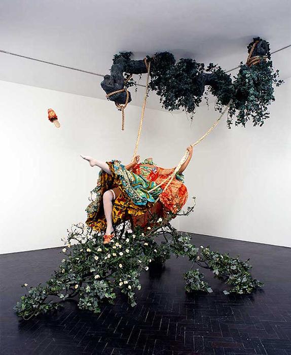 Инсталляция по мотивам картины *Качели* классика Рококо Жана-Оноре Фрагонара