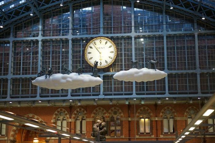 Инсталляция *Облака и метеоры* на вокзале в Лондоне