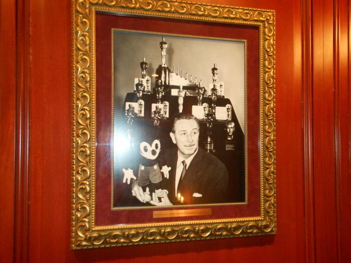 Фото Уолта Диснея в холле клуба