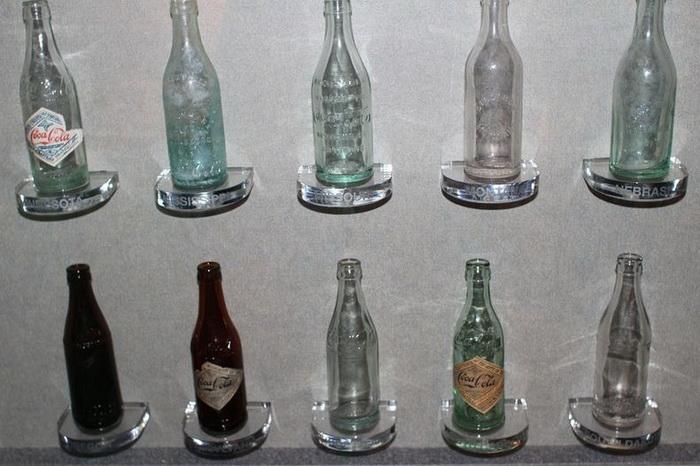 Коллекция бутылок, в которые разливался напиток Coca-Cola