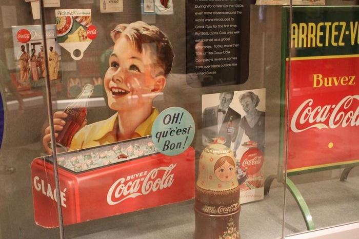 Рекламные плакаты Coca-Cola и радующая глаз матрешка с символикой легендарного напитка