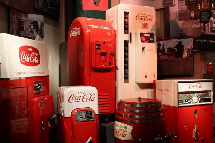 Традиционные красные автоматы, в которых продавалась Coca-Cola