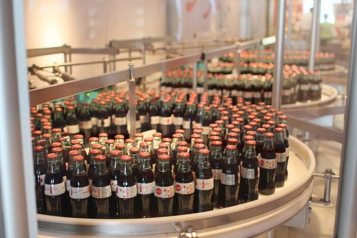 Мини-конвейер, на котором напиток разливается в бутылки на глазах у посетителей музея