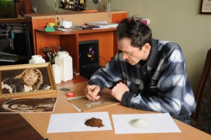 Александр Вальд и его кофейно-песочные картины