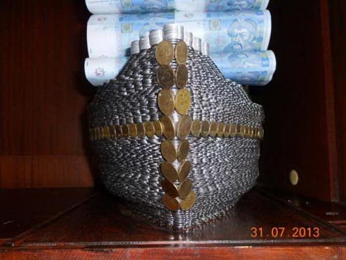Корабль из монет и паруса из купюр номиналом в 5 грн