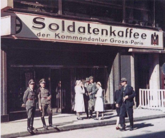 Французское кафе работает для немецких солдат.
