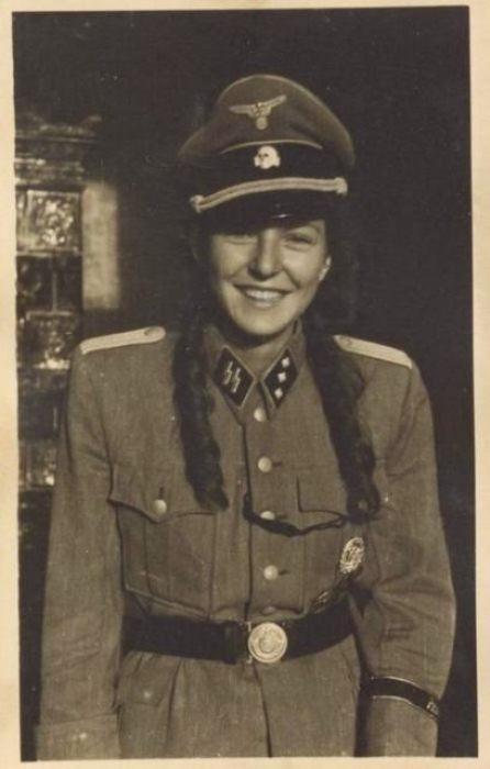 Девушка в военной форме врага.