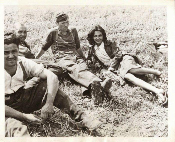 Девушка с немецкими захватчиками.