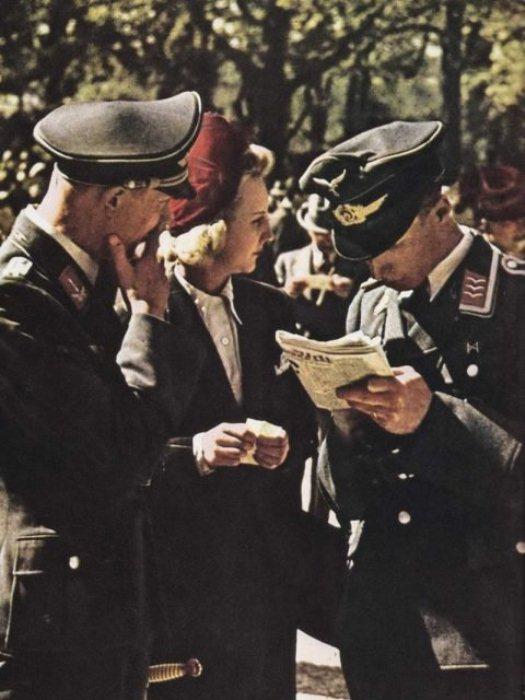 Несколько француженок-аристократок сопровождали нацистских офицеров.