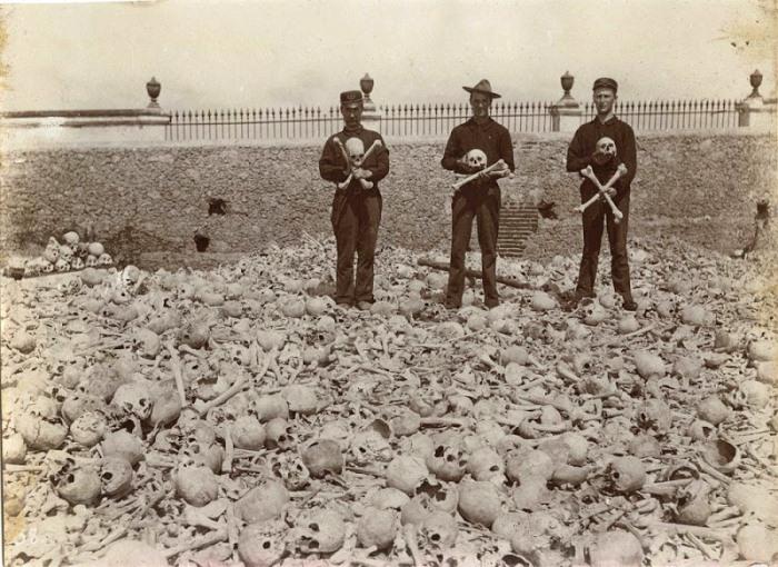Американские солдаты позируют на куче костей, которая насчитывает порядка 200 тысяч останков. Ок. 1899 г.