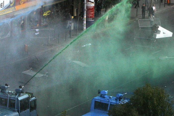 В Будапеште полиция поливает зеленой краской протестующих, 2006 г.
