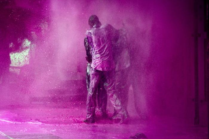 Уганда: полиция поливает розовой краской оппозиционеров, 2011 г.