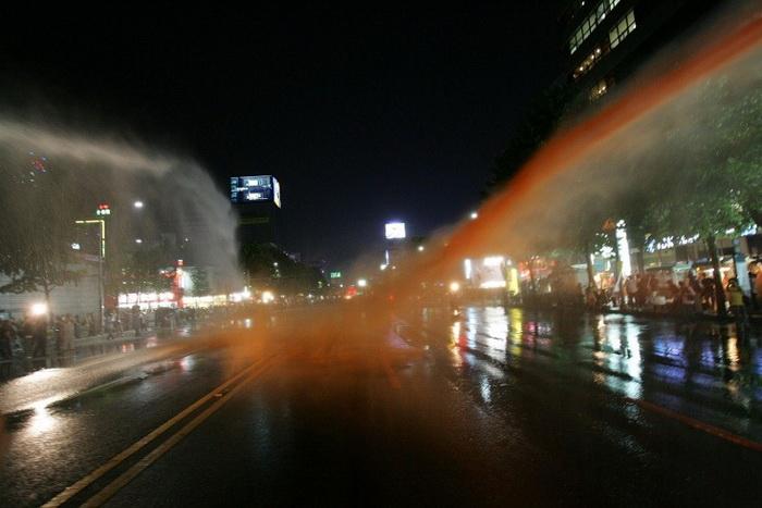 В Южной Корее полиция *вооружена* красной краской, 2008 г.
